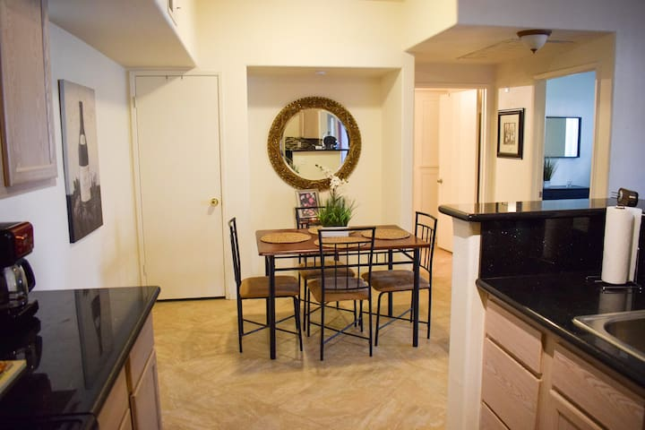 MODERN NEWLY FURNISHED CONDO MINUTES FROM STRIP