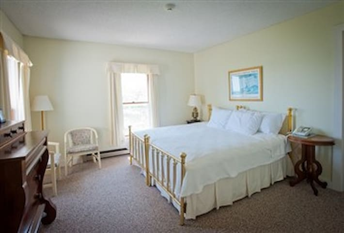 East Wind Inn-12 · East Wind Inn-12 · East Wind Inn-12 · DELUXE ROOM - MEETING HOUSE - KING