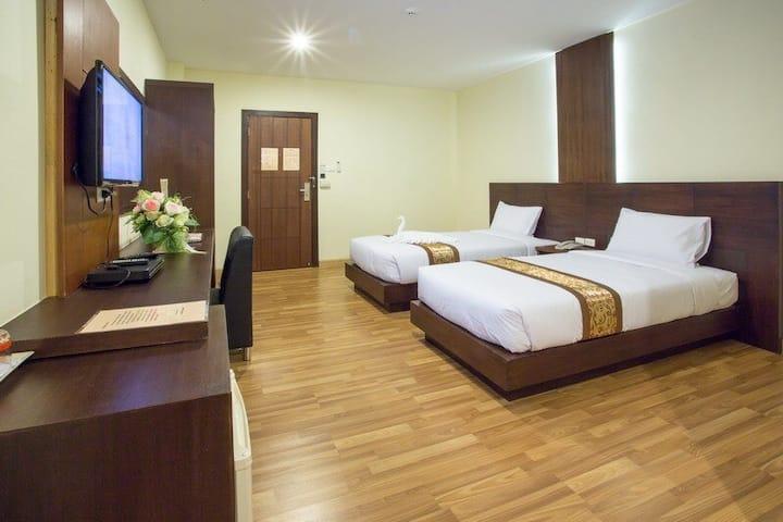 Minimalist Inn near Wat Kaew Don Tao Suchadaram