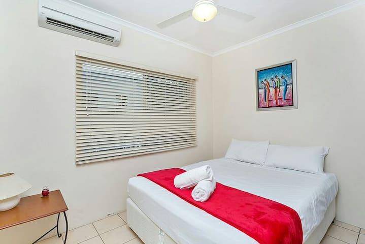 QUEEN SIZE  BED WITH OWN BATHROOM. - Manunda - Casa