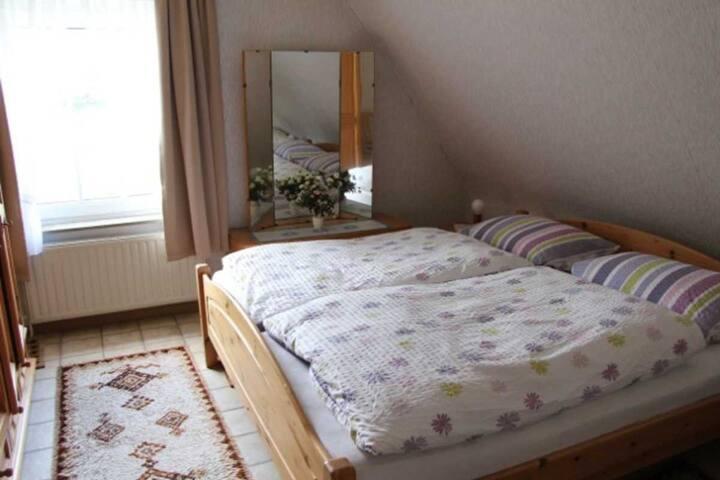 Das Schlafzimmer (Doppelbett + 1 zweites Bett nebenan)