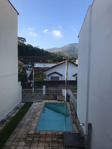 Miguel Pereira casa ambiente familiar com piscina