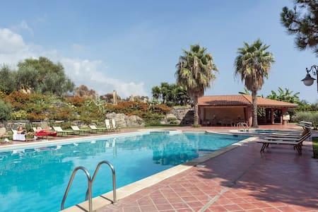 Villa near sea & pool - Aci Castello - House