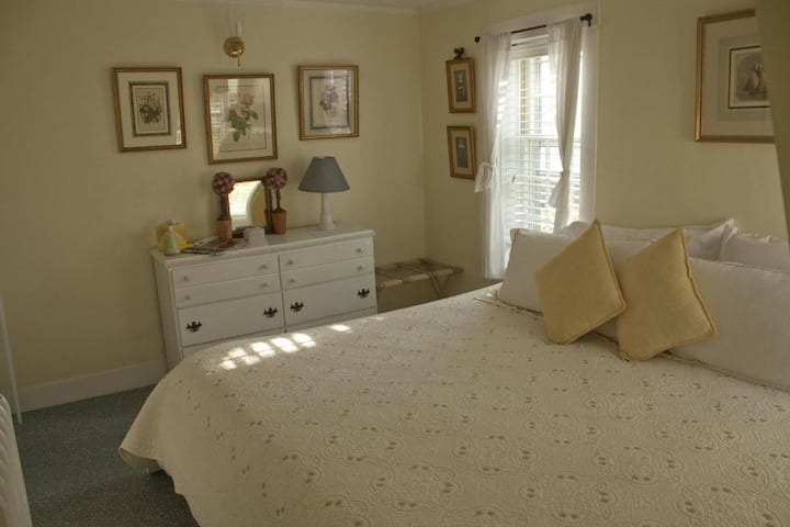 Yellow Room in Award Winning B&B •Close to VH Town