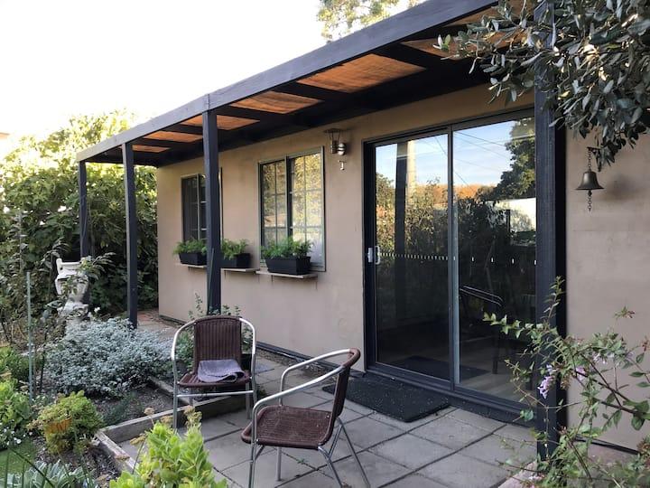 """Cute little garden guesthouse - Great location"""