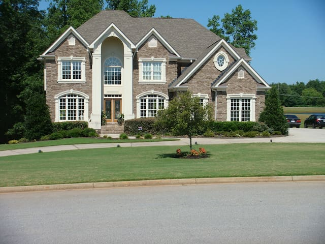 Large 2.5 acre Estate on the lake with 2 decks. - Covington - House
