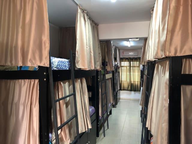 Camas com cortinas para sua privacidade.