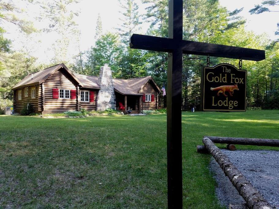 The Gold Fox Lodge - Romantic, Private Riverside Log Cabin