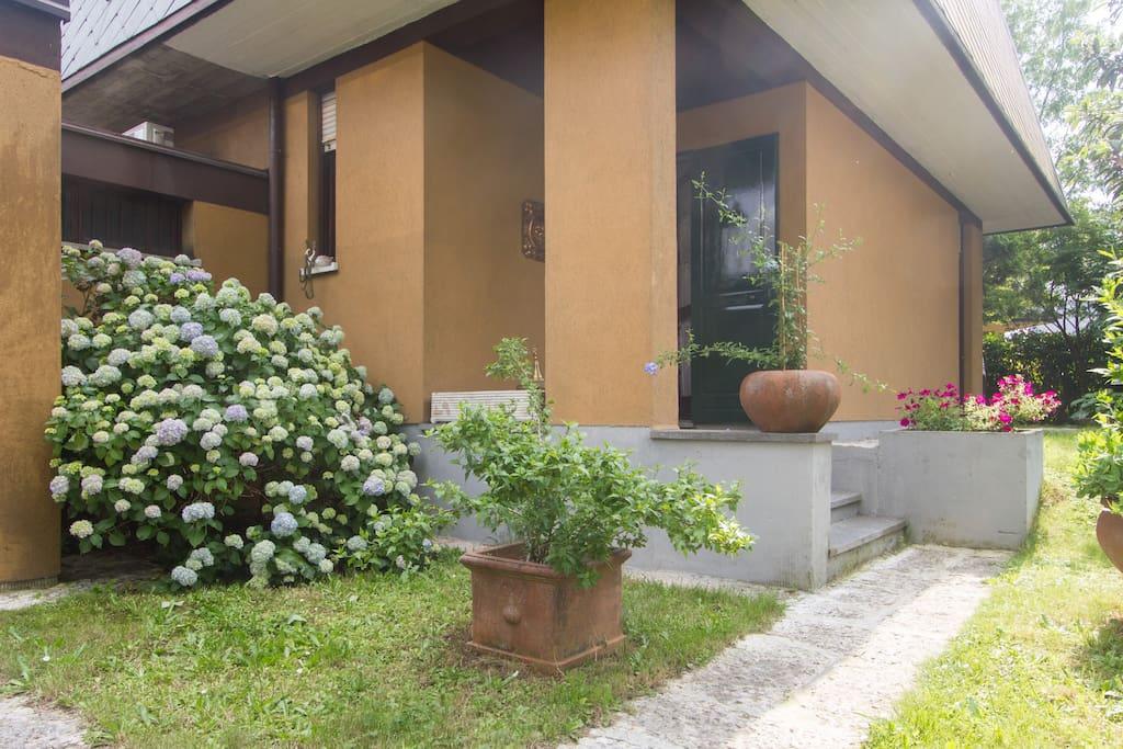 Ad arese villa blu a 5 minuti da rho fiera case in for Case affitto rho arredate