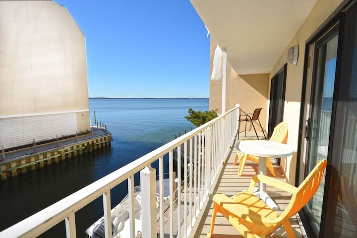 Relaxing by the Wight Bay 2BD 2 Ba beautiful with outdoor pool.161
