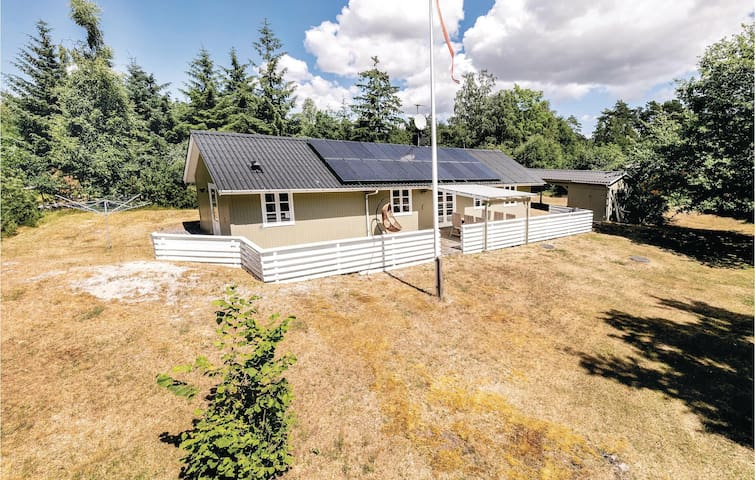 Holiday cottage with 3 bedrooms on 85m² in Aakirkeby