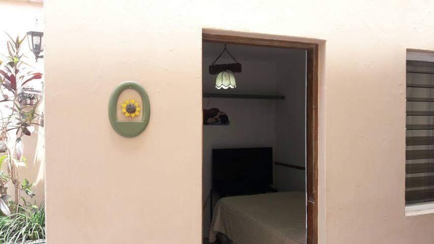 Puerta de entrada a la habitación