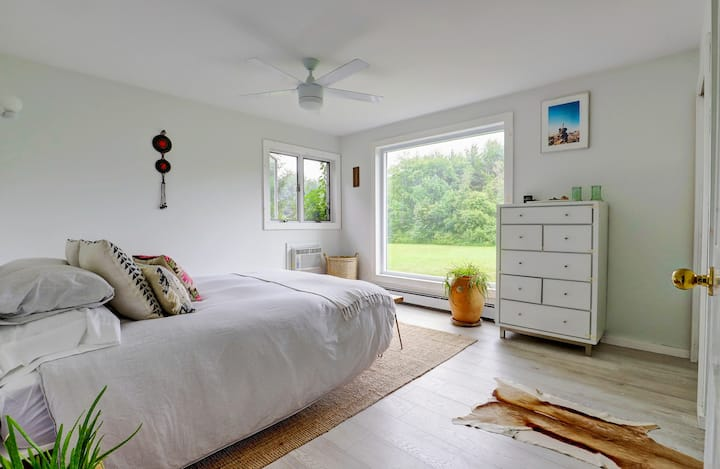 King Harvest House: Scandi-Chic Getaway with Woodstove & Office Space