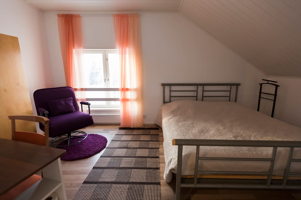 Makuuhuone 1, leveä parivuode (180 cm), vuodetuoli ja tarv. vauvan matkasänky /Bedroom number 1 with Kingside bed + chair bed + baby bed