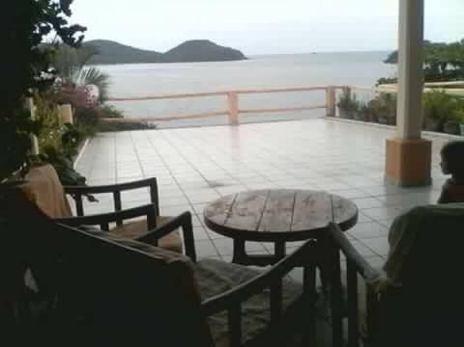 La terraza cuenta con un pequeño comedor, una pequeña sala y una hamaca , para que disfrutes de los atardeceres y amanecer