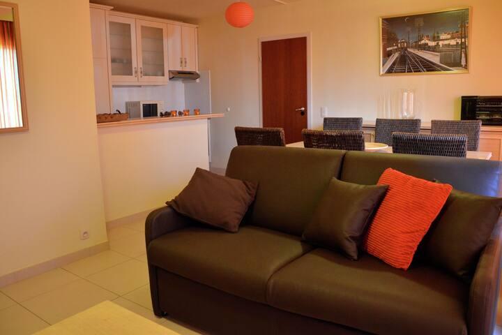 2 - appartement d'une chambre avec une cuisine ouverte.