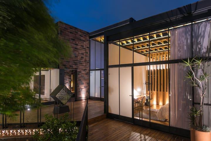 Habitación avant garde, con bella vista al jardín