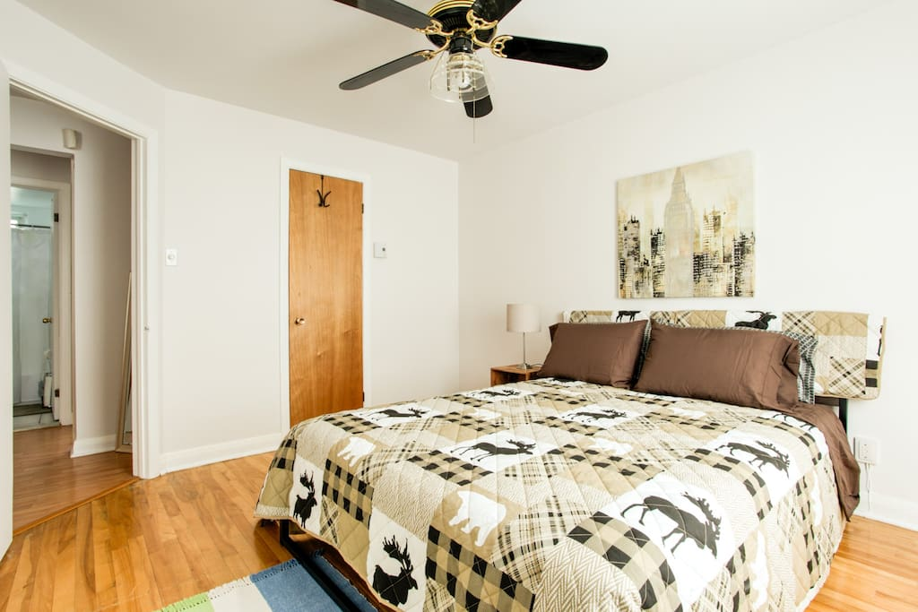 Tired of traveling? This beautiful master bedroom has a queen size bed equipped with a high-quality top rated mattress for a more comfortable sleep.