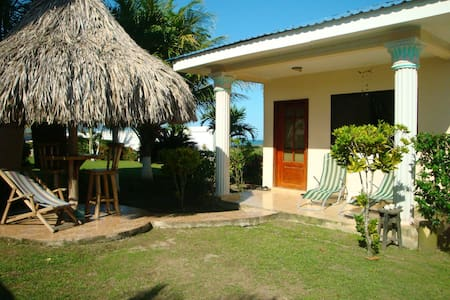 Cute cottage with a beach view - La Ceiba