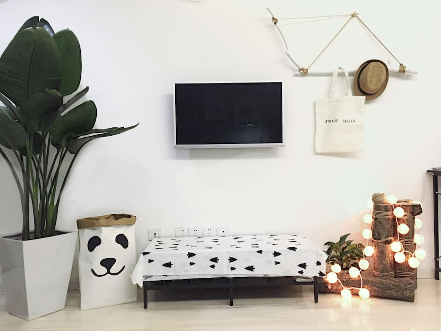 高大的绿植配上原木装饰,让您在看电视的同时放松眼睛,带来好心情。The tall plants will make you feel relax when you are watching TV