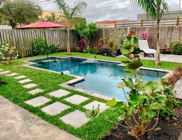 Luxury Pool Home. Walk to Beach and Restaurants.