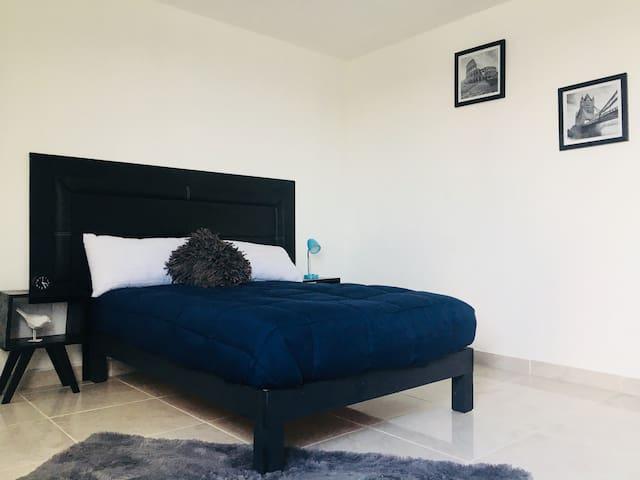 Nueva y amplia habitación con baño privado.