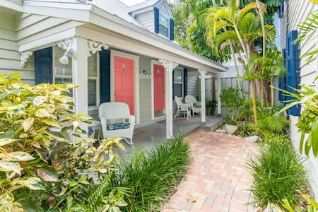 Contemporary dog-friendly cottage with easy beach access and shared pool