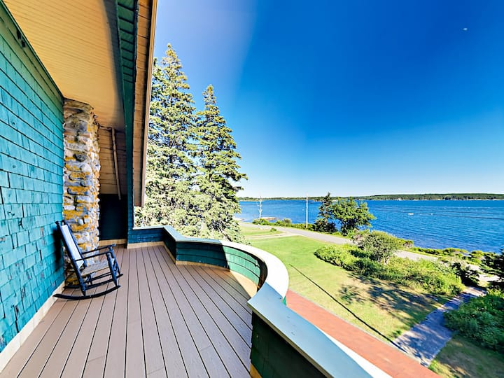 Green Gables Cottage: Oceanfront Gem with Deck