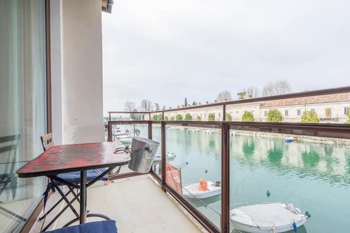 Minimal studio/Canale balcony by iGermani design
