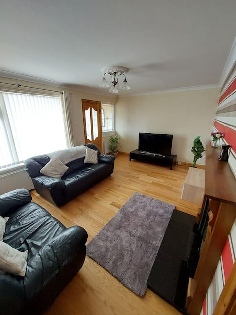Cheerful 4 bedroom townhouse with free parking on premises