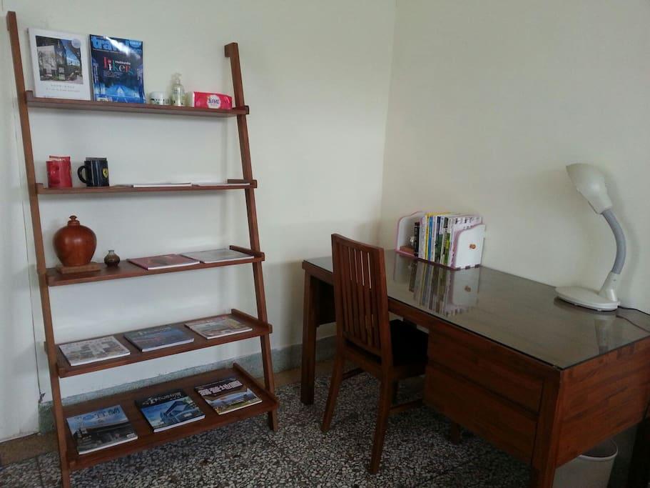 簡約書櫃區,提供旅遊雜誌及茶包或咖啡飲品!