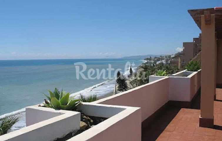 Cozy beach atic with huge terrace - Estepona - Dům