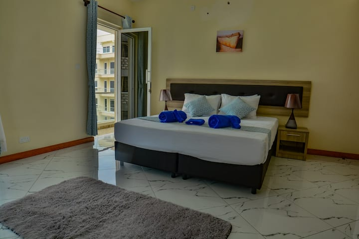 The Kingsley, room - close to beach & malls
