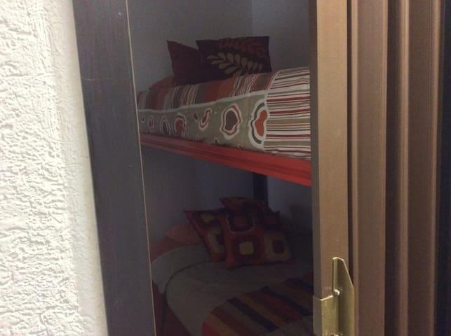 Cuarta habitación con litera y baño integrado