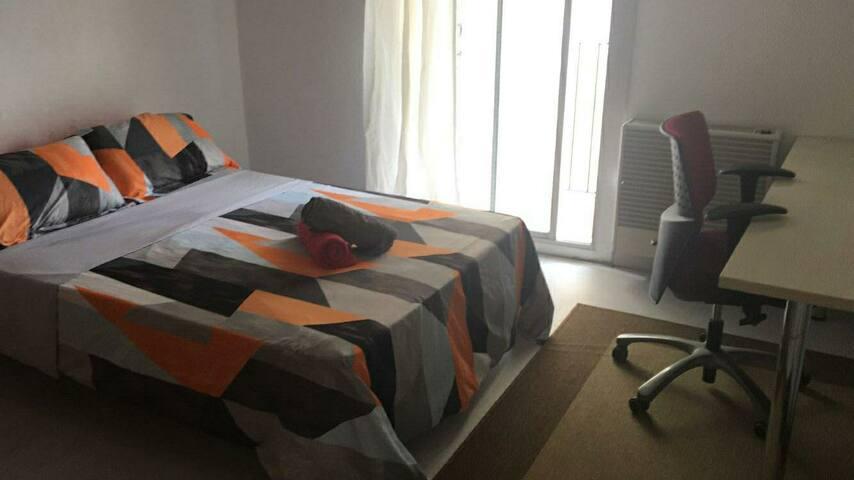 1- Chambre double lumineuse avec balcon