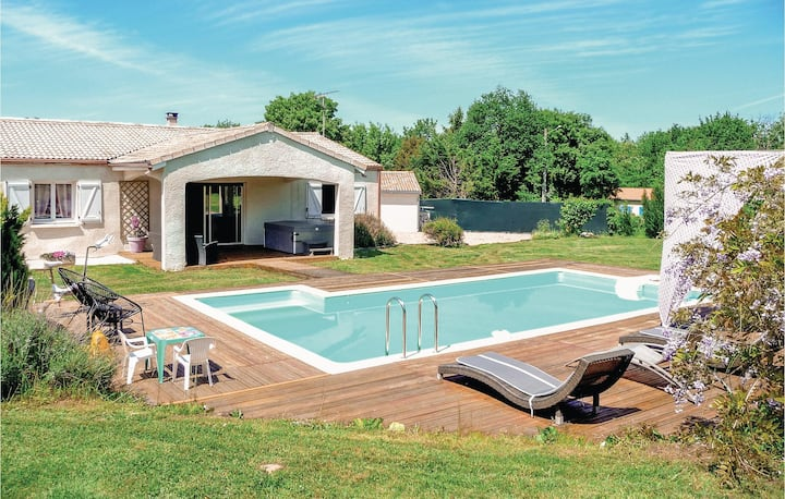 Awesome home in Villeneuve Sur Lot with Jacuzzi, WiFi and 4 Bedrooms