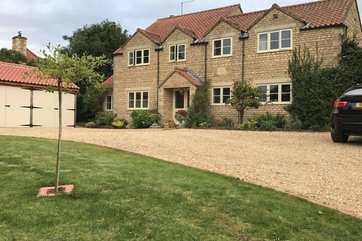 House sleeps 8 close to Irnham Hall wedding venue