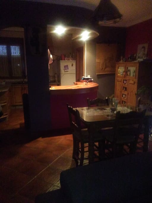 En las zonas comunes esta la cocina, separada del salon por una barra americana que le da mas amplitud a la casa
