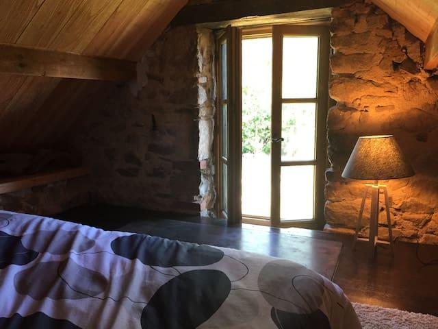 Petite maison. Au premier étage chambre avec deux lits de 80cm qui peuvent former un grand lit.