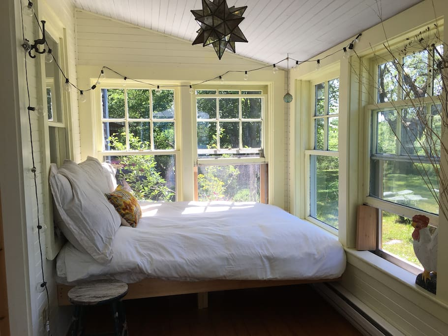 sun room/extra guest bed