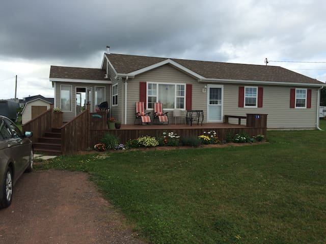 Charming, Beachside Home w Large Wrap Deck & Yard - Wellington - Haus