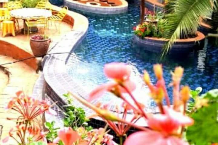 Budget romantic getaway near all amenities