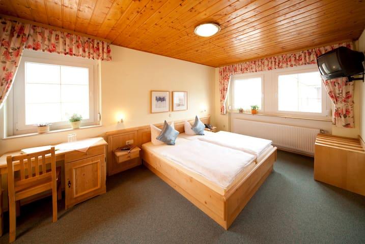 Gasthaus zur Wolfsschlucht (Sugenheim), freundliches Doppelzimmer in der Wolfsschlucht