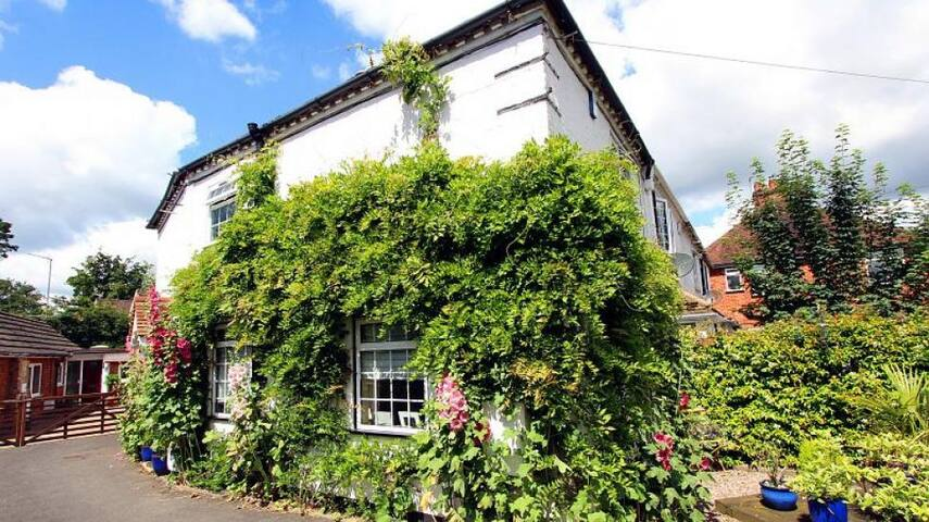 Charming Cottage 10 mins from train station