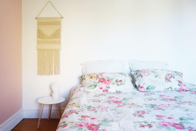 Grande chambre cosy avec lit king size.