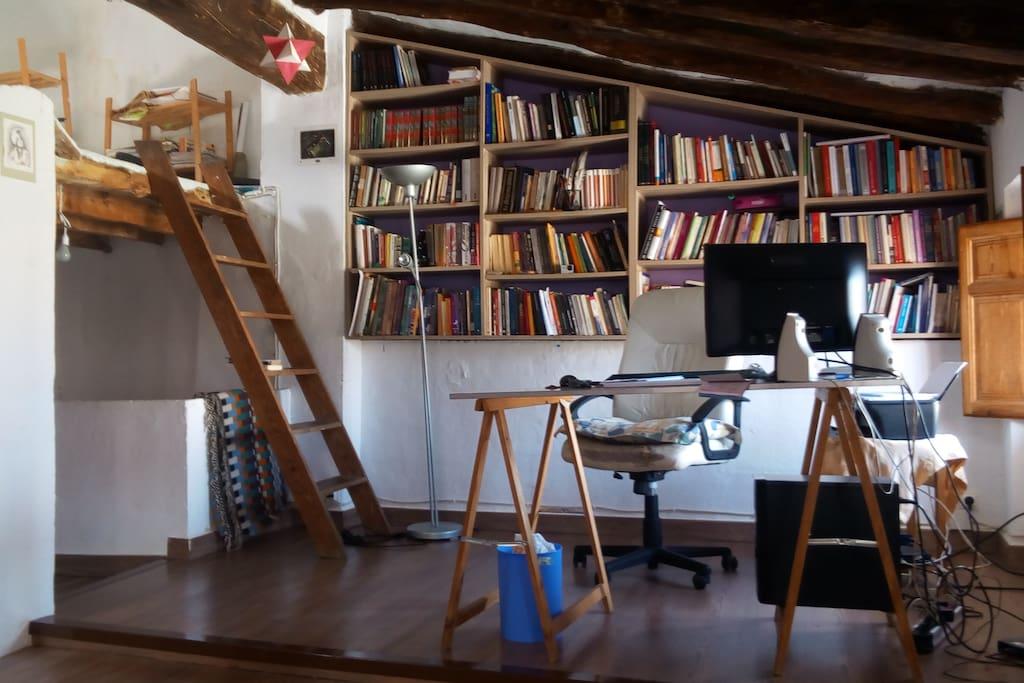 Amplio despacho con biblioteca y buhardilla. Mas de 500 títulos sobretodo de aventuras, cuentos populares y desarrollo personal. Ordenador con internet y wi-fi en toda la casa. En la buardilla hay un colchón. Debido a su amplitud, es el lugar donde hacemos yoga y chi-kung.