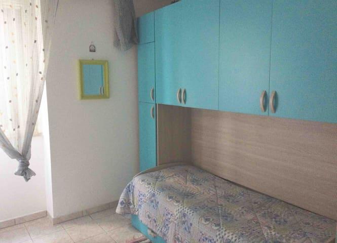 Cameretta con letto singolo e secondo letto estraibile