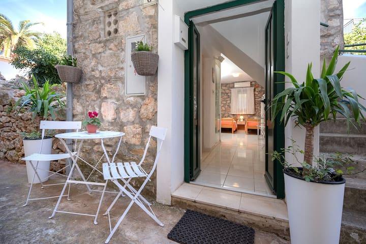 Maison de pierre Au bord de mer, Studio, 100m du centre, à Stari Grad - île de Hvar