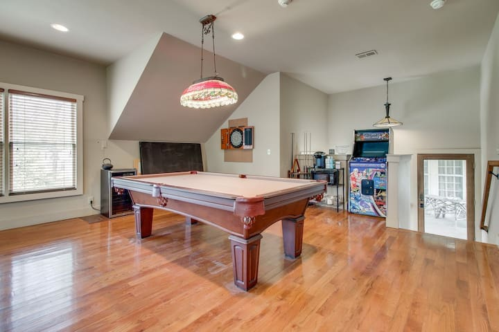 pool table, mini fridge, 150+ game arcade, dining table (not shown) Complimentary coffee, snacks, drinks