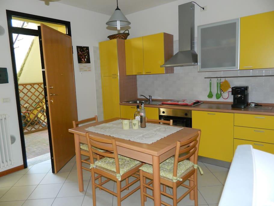 Zona living - Cucina e tavolo da pranzo